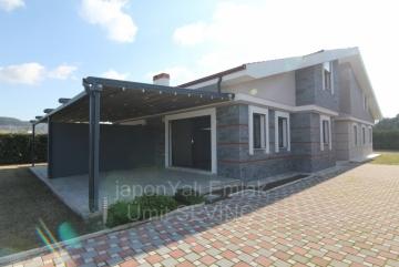 İzmir Urla Kuşçular 3.200 M2 Arsası olan Site İçinde 5+1 Satılık Villa