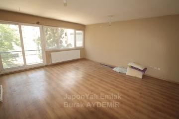 Göztepe'de Caddeye 2 Apartman Mesafe 3 Odalı Satılık Ara Kat Daire