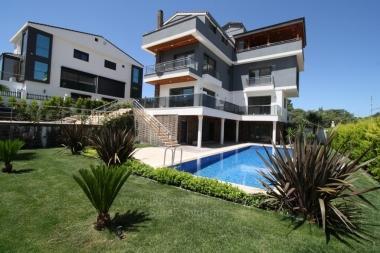Güzelbahçe Kahramandere'de 370 M2 Asansörlü Müstakil Havuzlu Triblex Satılık Villa
