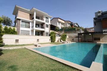 Güzelbahçe Kahramandere'de 275 M2 Kullanım Alanlı 4+2 Havuzlu Satılık Sıfır Villa